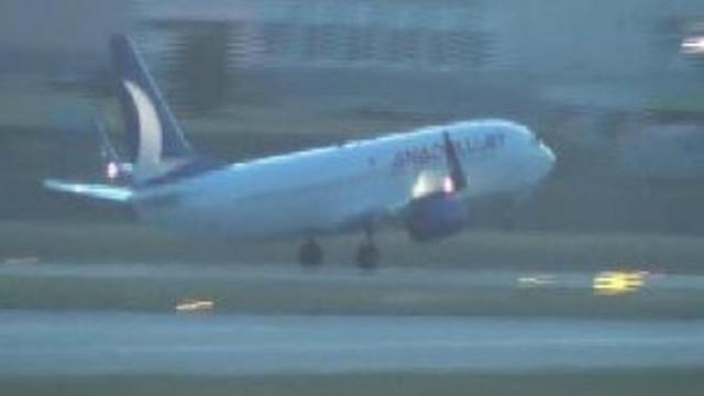 Uçak, inatçı 24 yolcusu için tekrar kalktı