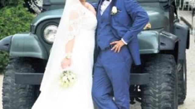 Güzel oyuncu lise aşkıyla evlendi
