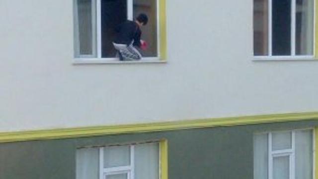 Kuran kursunun camını çocuk sildi