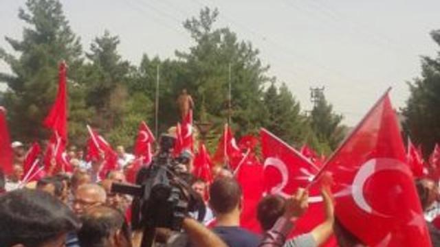 Midyat'ta halk Türk bayraklarıyla sokağa döküldü