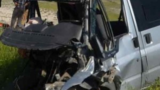 Öğrenci servisi TIRla çarpıştı: 3 ölü 7 yaralı