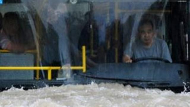 Çin'deki yamur hayatı felç etti !