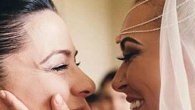 Kadın şarkıcı kız arkadaşıyla dünya evine girdi
