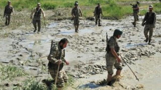 Askerler minik bebeği arıyor !