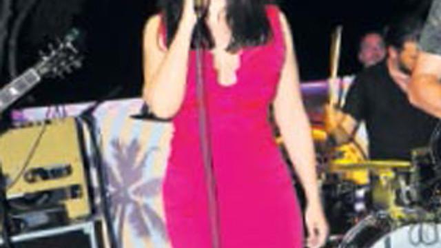 Ünlü şarkıcı terlikle şarkı söyledi