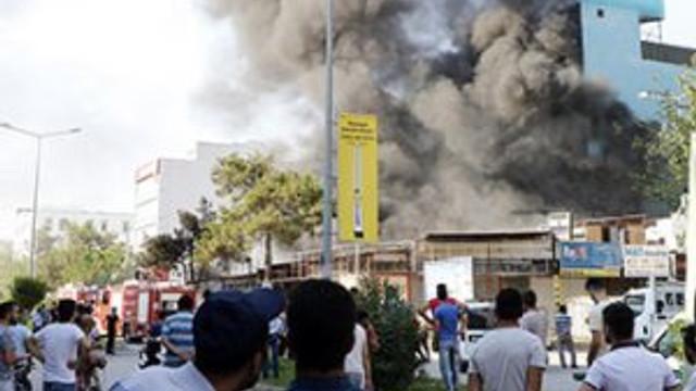 Antalya'da büyük yangın ! 10 işyeri kül oldu
