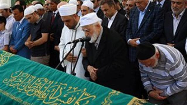 Erdoğan o ismin cenazesinde tabutu omuzladı !