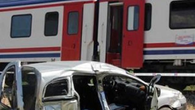 Tren arabayı resmen biçti: 3 ölü