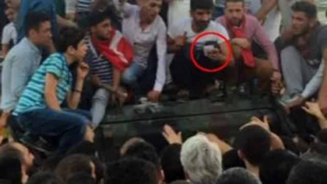Askeri linçten polis kurtardı !