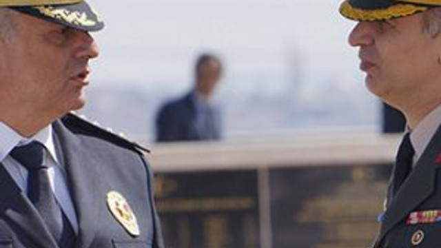 Komutan ve emniyet müdürü darbe girişiminde omuz omuza verdi
