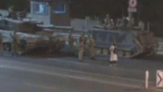Tek başına tankların karşısında durdu !