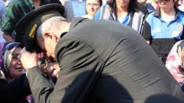 Şehit annesinin elini öpen Albay darbeden tutuklandı
