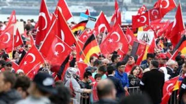 TÜRKLER ALMANYA'DA DEMOKRASİ MİTİNGİ'NDE