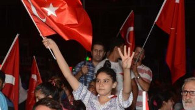 Antalya kırmızı beyaza boyandı