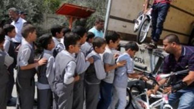 Erdoğan'ın Gazzeli çocuklara gönderdiği bisikletler dağıtılıyor