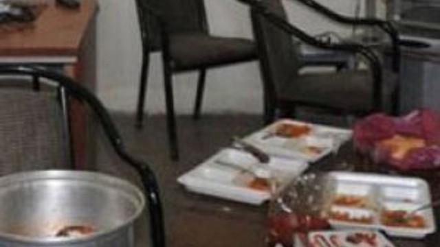 Girdikleri iş yerinde yemek yapıp yediler