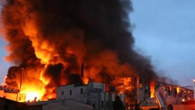 Tutkal fabrikasında yangın: 1 ölü, 4 yaralı