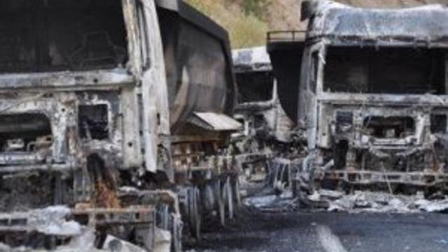 PKK'lılar TIR'ları ateşe verdi