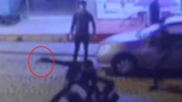 Kuzenini sokak ortasında 9 yerinden bıçakladı