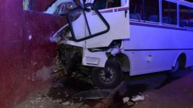 İşçileri taşıyan minibüs eve çarptı: 3 ölü, 8 yaralı