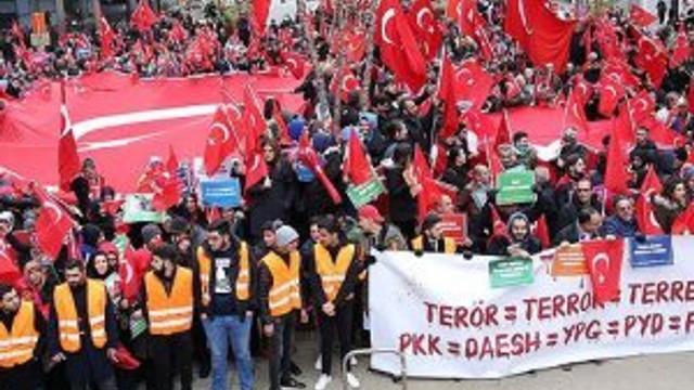 Brüksel'de 'Teröre Lanet Demokrasiye Davet' gösterisi