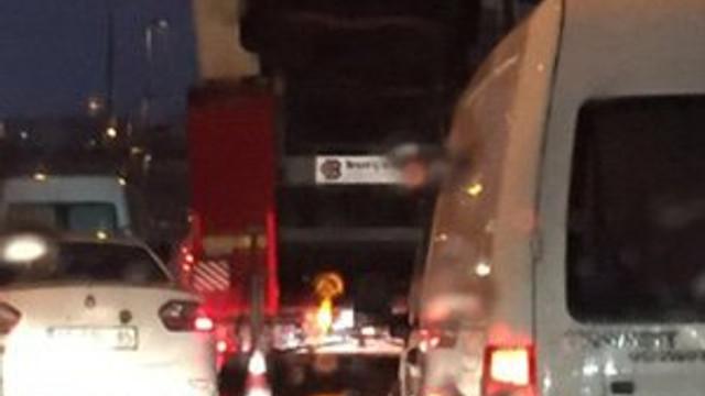 TIR üst geçide takıldı trafik kilitlendi