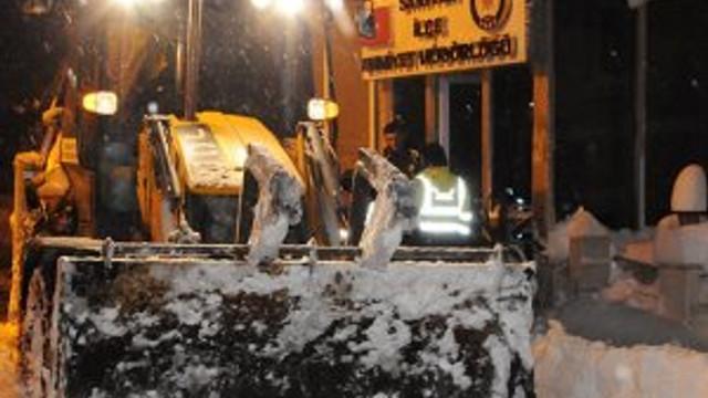Sarıyer Belediyesi karla mücadele çalışmalarını aralıksız sürdürüyor