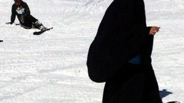 Suriyeli kadından Erciyes'te kara çarşafla snowboard şov