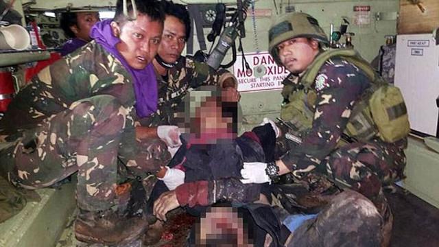 Teröristlerin cesetleriyle fotoğraf çektirdiler