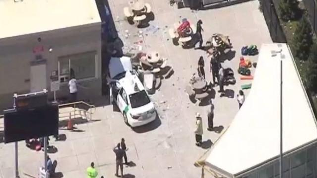 Bir araç kalabalığın arasına daldı: 5 ölü, 6 yaralı !