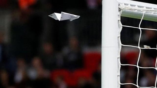 Taraftarlar kağıttan uçakla gol attı