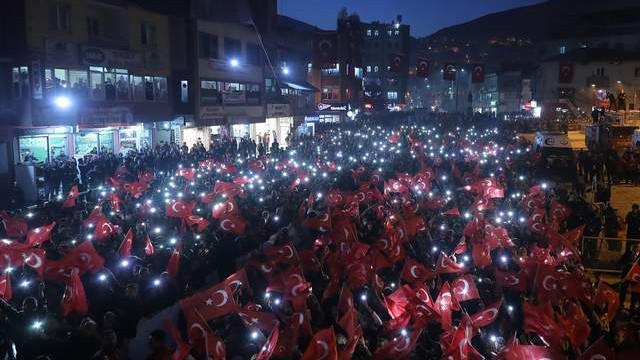 Hakkari'de kırmızı-beyaz geceyarısı mitingi