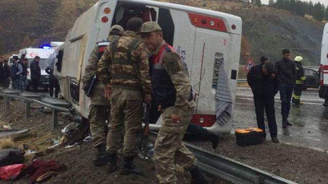 Yolcu otobüsü devrildi: 1 ölü, 5'i ağır 30 kişi yaralı