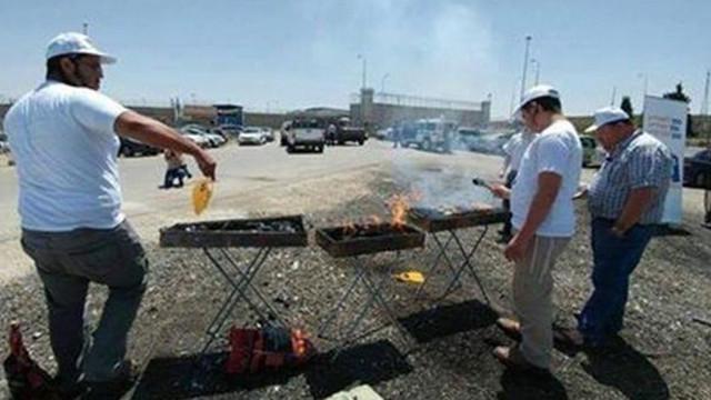 İnsanlığınızdan utanın: Açlık grevi yapılan cezaevinin önünde mangal