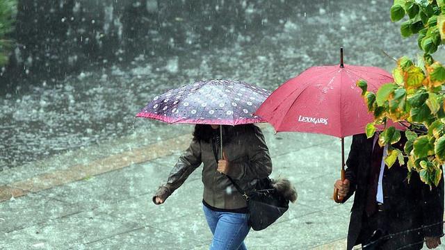 Nisan yağmurunda demir var, bol bol ıslanın