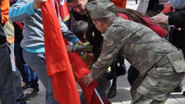 Yere yığılmasına rağmen Türk bayrağını bırakmadı