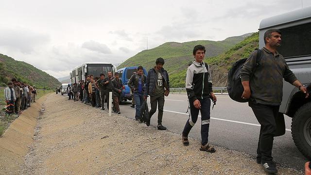 Bozulan otobüsten 103 göçmen çıktı