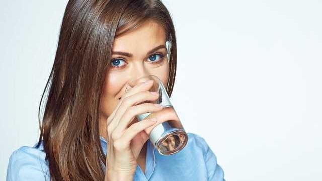 Aç karnına su içmenin faydaları saymakla bitmiyor