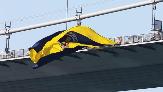 Fenerbahçe bayrağı köprüye yeniden asıldı