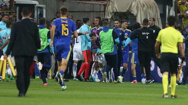 Bosna Hersek - Yunanistan maçında ortalık karıştı
