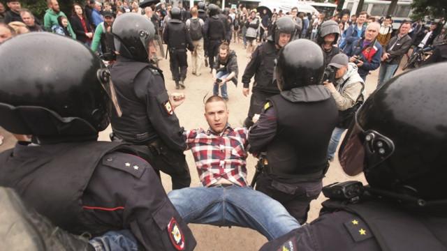 Rusya sokakları fena karıştı:  Yüzlerce kişi gözaltına alındı