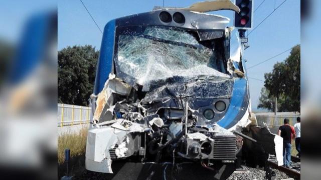 İzmir'de feci kaza; kamyonla tren çarpıştı