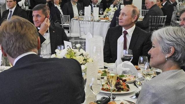 Putin ile Flynn birlikte çekilen fotoğrafı Trump'ı zor duruma soktu