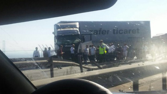 TEM otoyolunda TIR'lar devrildi, trafik kilit !