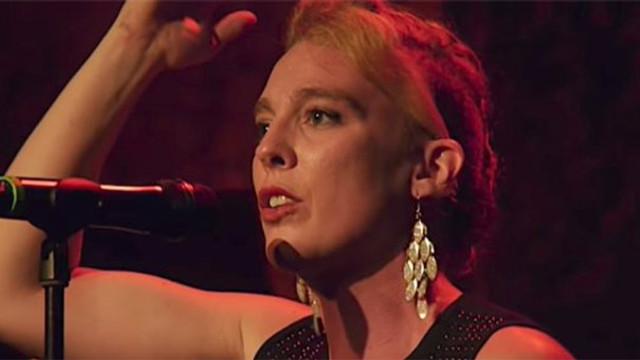 Ünlü şarkıcı sahnede düşüp hayatını kaybetti