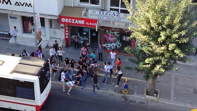 İzmir'de liseliler birbirine girdi