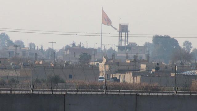 Teröristler Türkiye sınırına PKK paçavrası astı