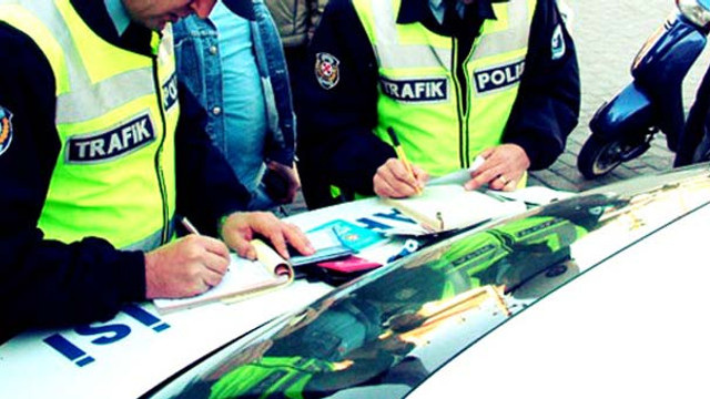 Bakın canımız kimlere emanet ! Polis ehliyeti görünce şoke oldu