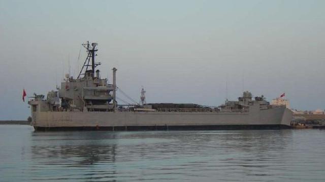Askeri gemide yangın: 11 asker hastaneye kaldırıldı