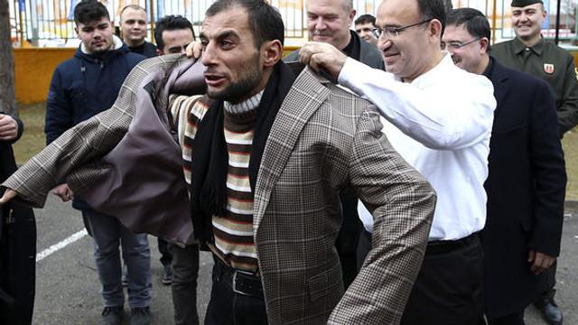 Bozdağ'dan vatandaşa ceket jesti